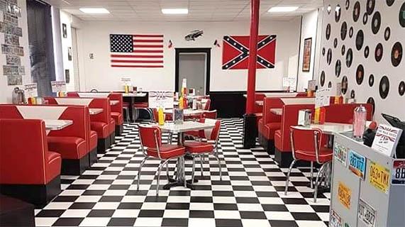 Intérieur du restaurant américain The Walk Diner près de Bourges (18) : tables rouges, ambiance américaine.