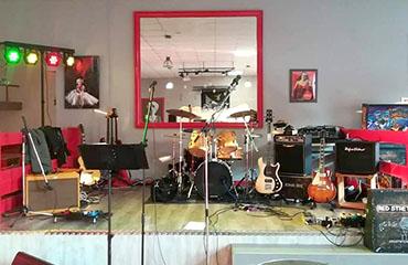 Instruments de musique, scène installée pour une soirée concert au restaurant Walk Diner près de Bourges (18)