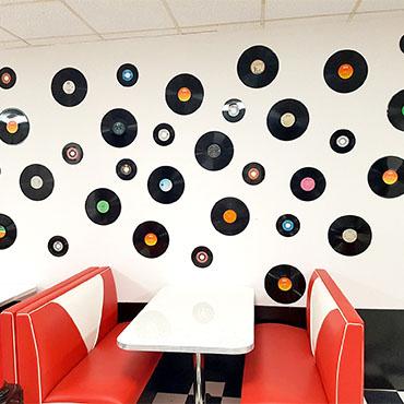 Ambiance américaine : décoration avec des vinyles accrochés au mur
