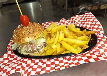 Burger gourmet et frites maison au Walk Diner près de Bourges (18)